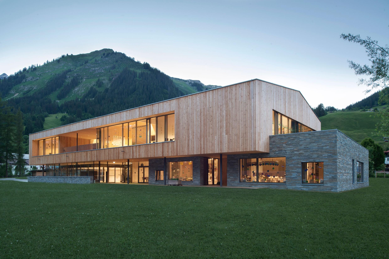Der ruhige Holzkörper liegt auf einem steinernen Sockel, eine im Lechtal übliche und in einer langen Tradition stehende Bauweise.<br><span class='image_copyright'>ATP/Philipp</span><br>