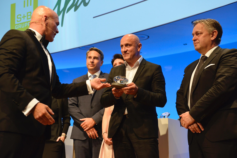 Horst Reiner nimmt für ATP architekten ingenieure den Award entgegen. Foto: EUREB/Hill<br><span class='image_copyright'>EUREB/Hill</span><br>