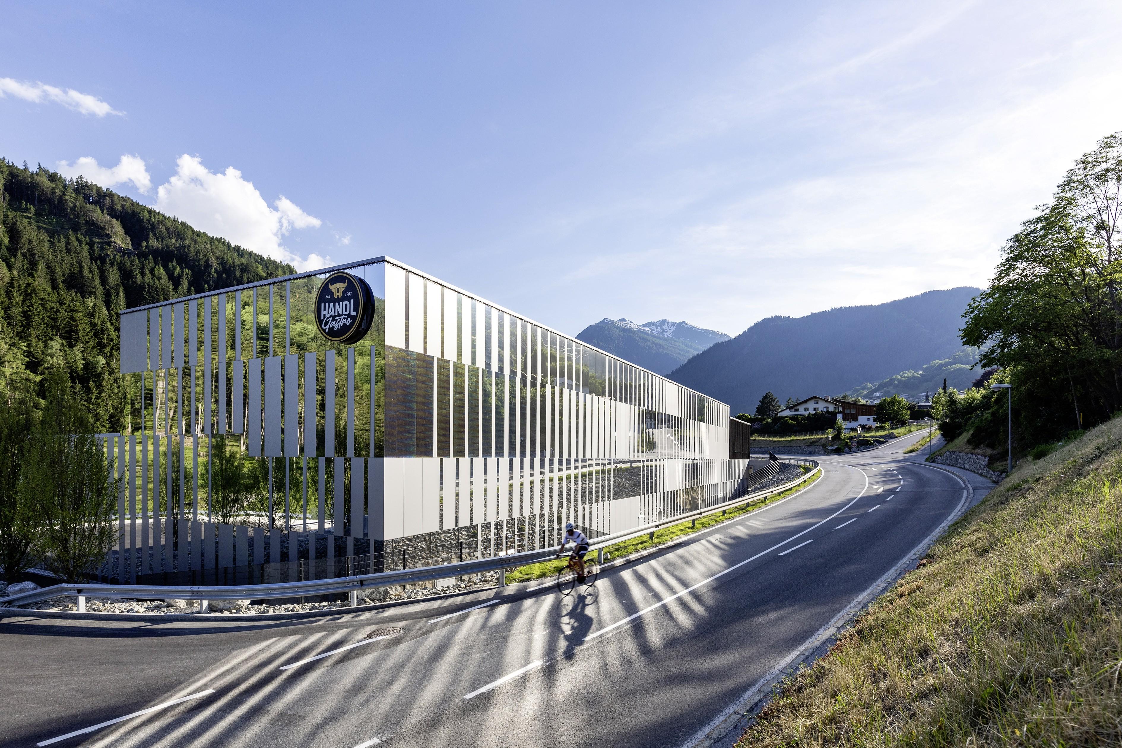 Handl Gastro Service – in Hanglage zwischen dem Fluss Sanna und der Straße zum Arlberg.<br><span class='image_copyright'>ATP/Bause</span><br>