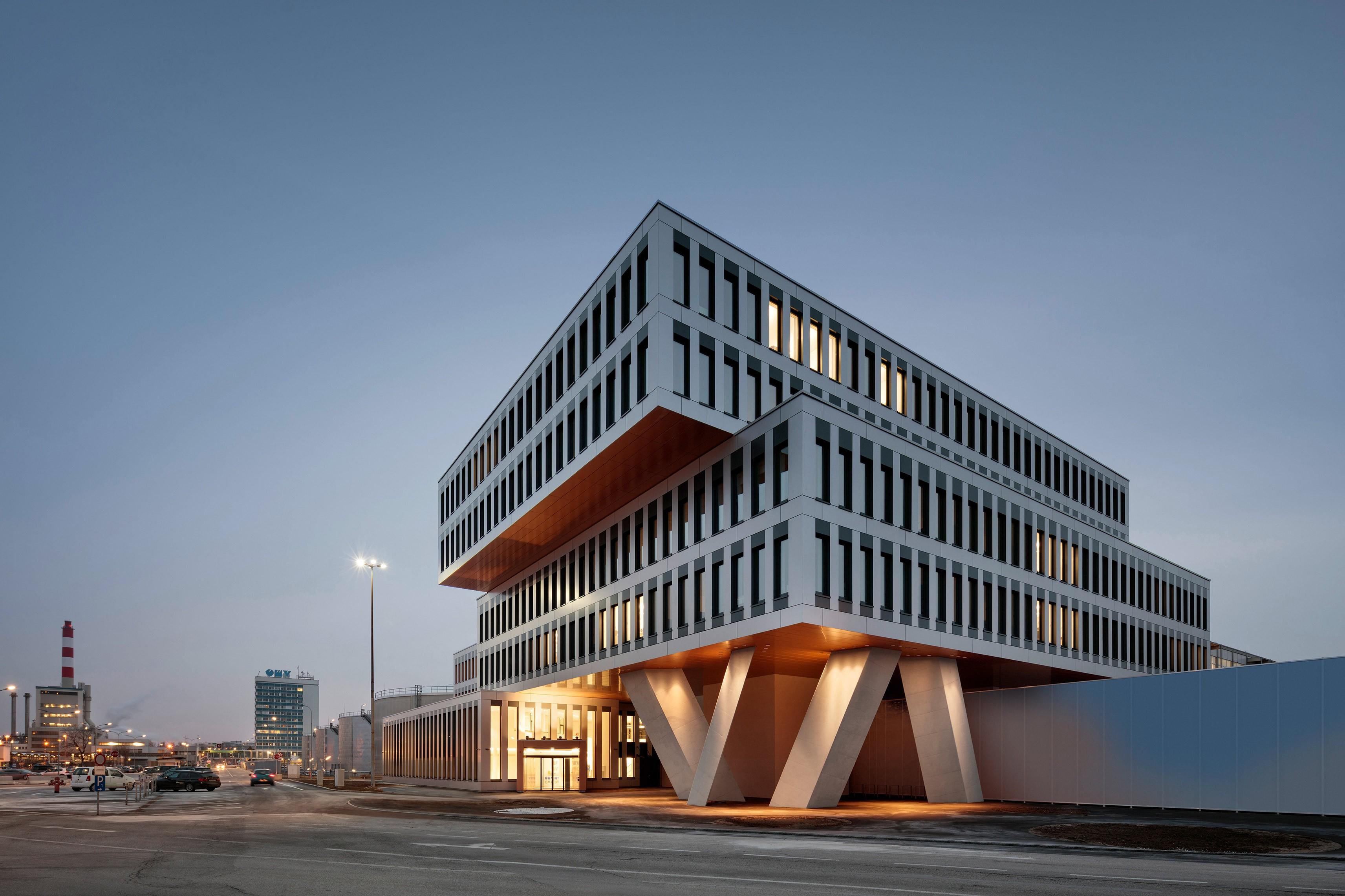 Das OMV Office Building, integral geplant von ATP Wien, als Eingangsbauwerk zur Raffinerie Schwechat.<br><span class='image_copyright'>ATP/Kuball</span><br>