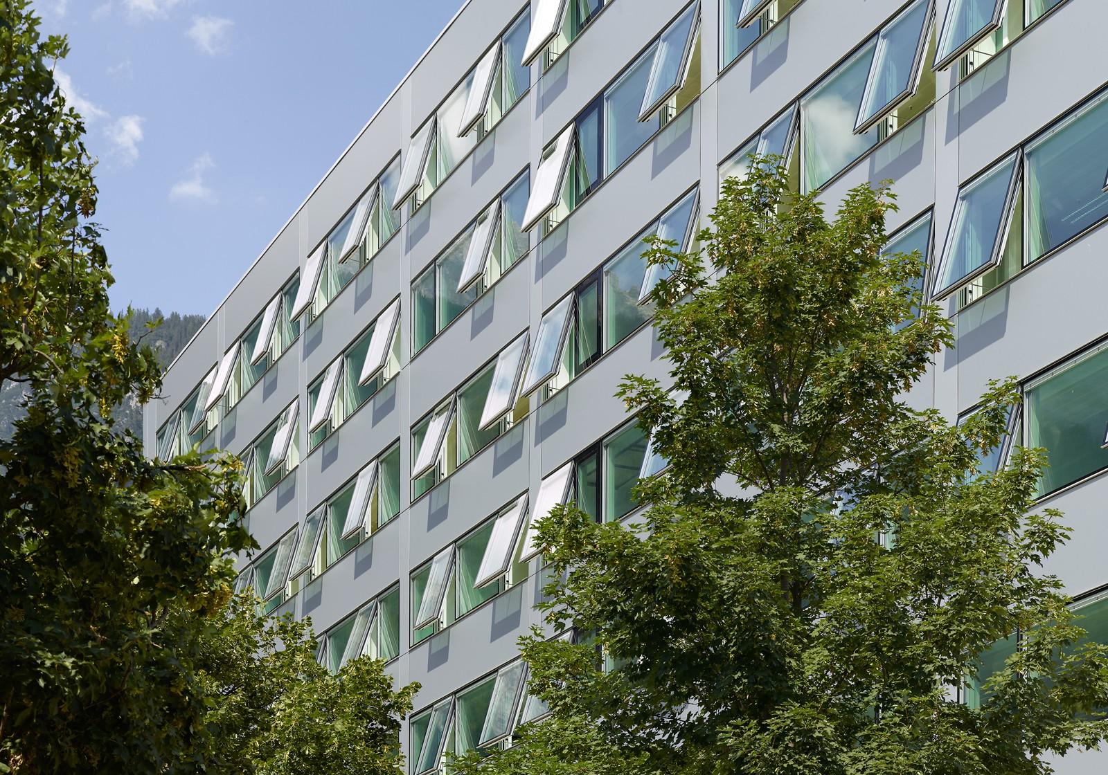 Ökologische Elementfassade mit innovativen Senkklappfenstern. Foto: ATP/Jantscher<br><span class='image_copyright'>ATP/Jantscher</span><br>