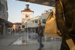 """Einladende Plätze mit vertikalen Akzenten schaffen Orientierung im """"Shopping-Dorf""""<br><span class='image_copyright'>ATP/Friedmann</span><br>"""