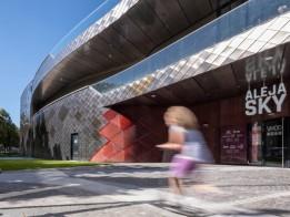 Aufgang zu ALEJA Sky. Der Food Court führt über Terrassen ins Freie.<br><span class='image_copyright'>ATP/Pierer</span><br>