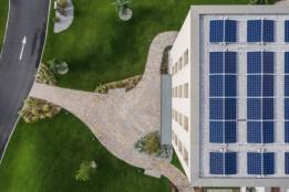 CO2-Einsparung durch Photovoltaikanlage auf dem Dach.<br><span class='image_copyright'>ATP/Bause</span><br>