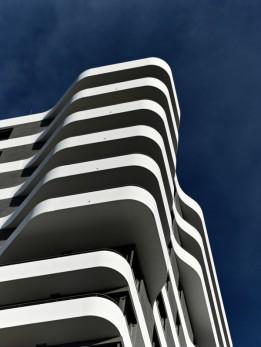Die geschwungene Form der Balkone wirkt sich positiv auf die Verschattung der Wohnräume aus<br><span class='image_copyright'>ATP/Becker</span><br>