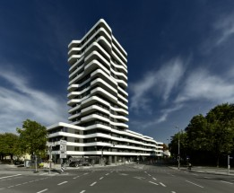 Der 50 Meter hohe Turm fungiert als Klammer zwischen Bahnhof und Grüngürtel der Stadt<br><span class='image_copyright'>ATP/Becker</span><br>