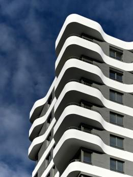 Die spektakuläre Fassade des IN-Tower mit seinen schwarz-weißen Bändern.<br><span class='image_copyright'>ATP/Becker</span><br>