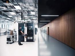 IWC Produktionshalle: Werk- und Gehäuseteile werden mit hochpräzisen Dreh- und Fräszentren gefertigt.<br><span class='image_copyright'>Adrian Bretscher/Getty Images for IWC</span><br>
