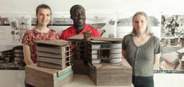 V. l.: Hanna Draxl, Kofi Attah und Lisa Kogler vor dem Modell im Maßstab 1:100.<br><span class='image_copyright'>HTL-Imst</span><br>