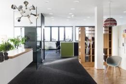 Bürotrakt: moderne Arbeitsplätze mit visuellem, akustischem und thermischem Komfort.<br><span class='image_copyright'>ATP/Florian Schaller</span><br>