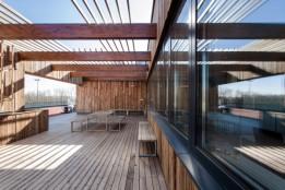 Recycling: Aufgearbeitetes Altholz auf der Dachterrasse des Betriebsgebäudes.<br><span class='image_copyright'>ATP/Florian Schaller</span><br>