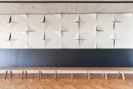 Upcycling: Die auffällig gestaltete Paneelenwand in der Kantine war früher eine Deckenverkleidung in einem ehemaligen Bürogebäude.<br><span class='image_copyright'>ATP/Florian Schaller</span><br>
