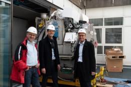 Bauleiter Thomas Dietzinger, Gesamtprojektleiter Tobias Schwarz und Geschäftsführer Andreas Rieser von ATP HAID freuen sich über das erfolgreiche Einbringen der MRT-Geräte.<br><span class='image_copyright'>ATP/Wang</span><br>