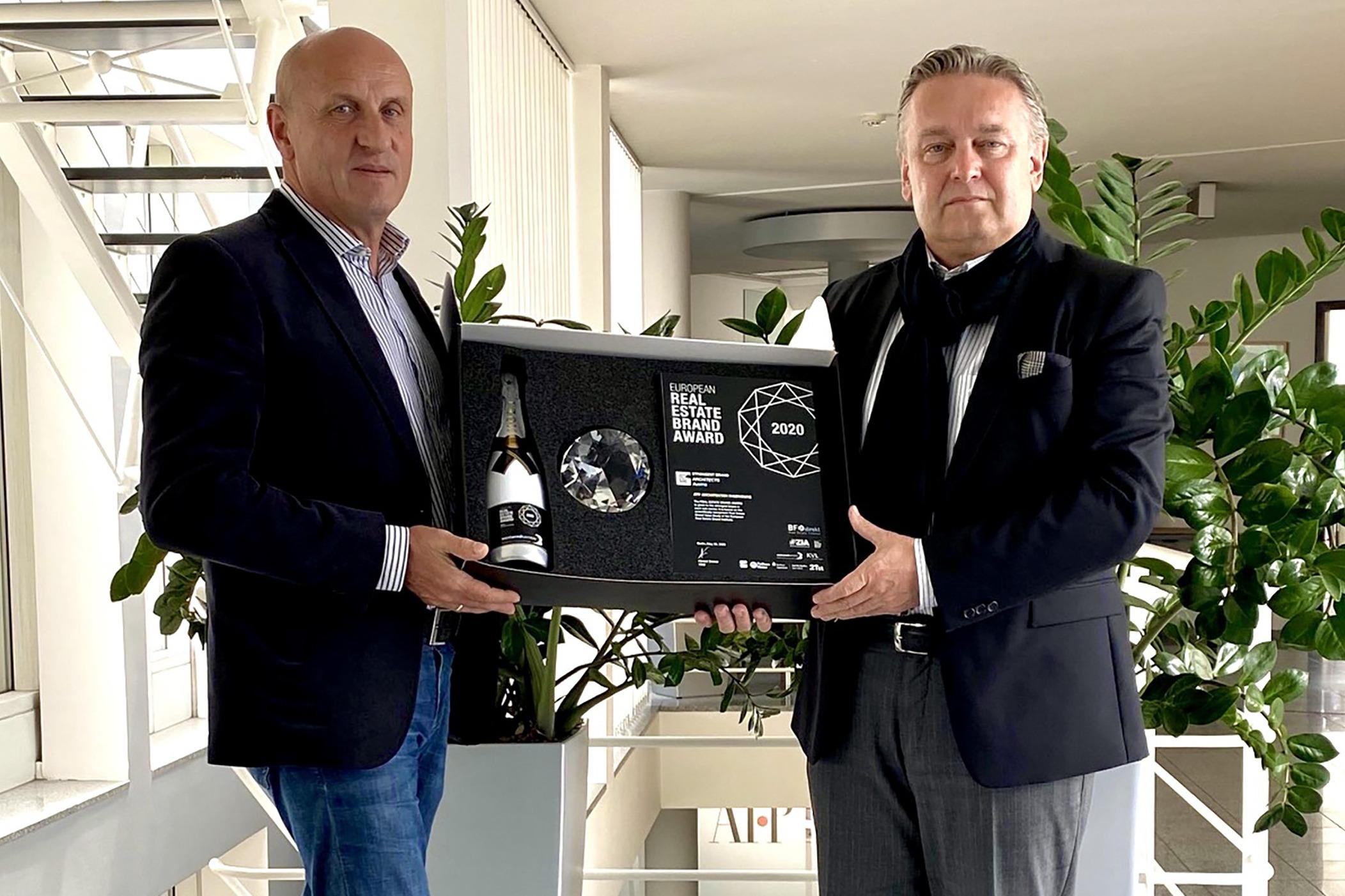 Der Real Estate Brand Award musste heuer per Post zu den ATP-Partnern Horst Reiner und Dario Travaš gelangen.<br><span class='image_copyright'>ATP</span><br>