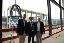 from left: ATP CEO Christoph M. Achammer together with Airport CEO Engelbert Lütke Daldrup and Kurt Zech, Managing Director of the Zech Group GmbH, with the topping out wreath for Terminal T2<br><span class='image_copyright'>Flughafen Berlin Brandenburg</span><br>