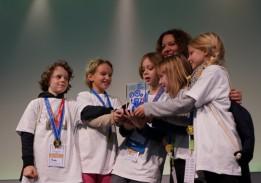 Jurorin Juric-Schmidhofer (ATP) übergibt Sonderpreis an MINT-begeisterte Kinder.<br><span class='image_copyright'>talentify GmbH</span><br>
