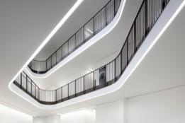 Tageslichtkollektoren am Dach führen das Licht über innovative Glasfasertechnologie ins Gebäudeinnere.<br><span class='image_copyright'>ATP/Kuball</span><br>