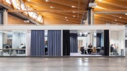 Unter einem sieben Meter hohen Sheddach erstrecken sich hochmoderne Working Spaces.<br><span class='image_copyright'>ATP/Pierer</span><br>