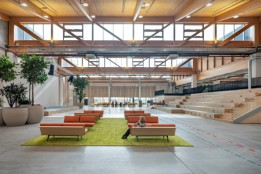 Die imposante Aula dient auch als weitläufige, interaktive Begegnungszone.<br><span class='image_copyright'>ATP/Pierer</span><br>