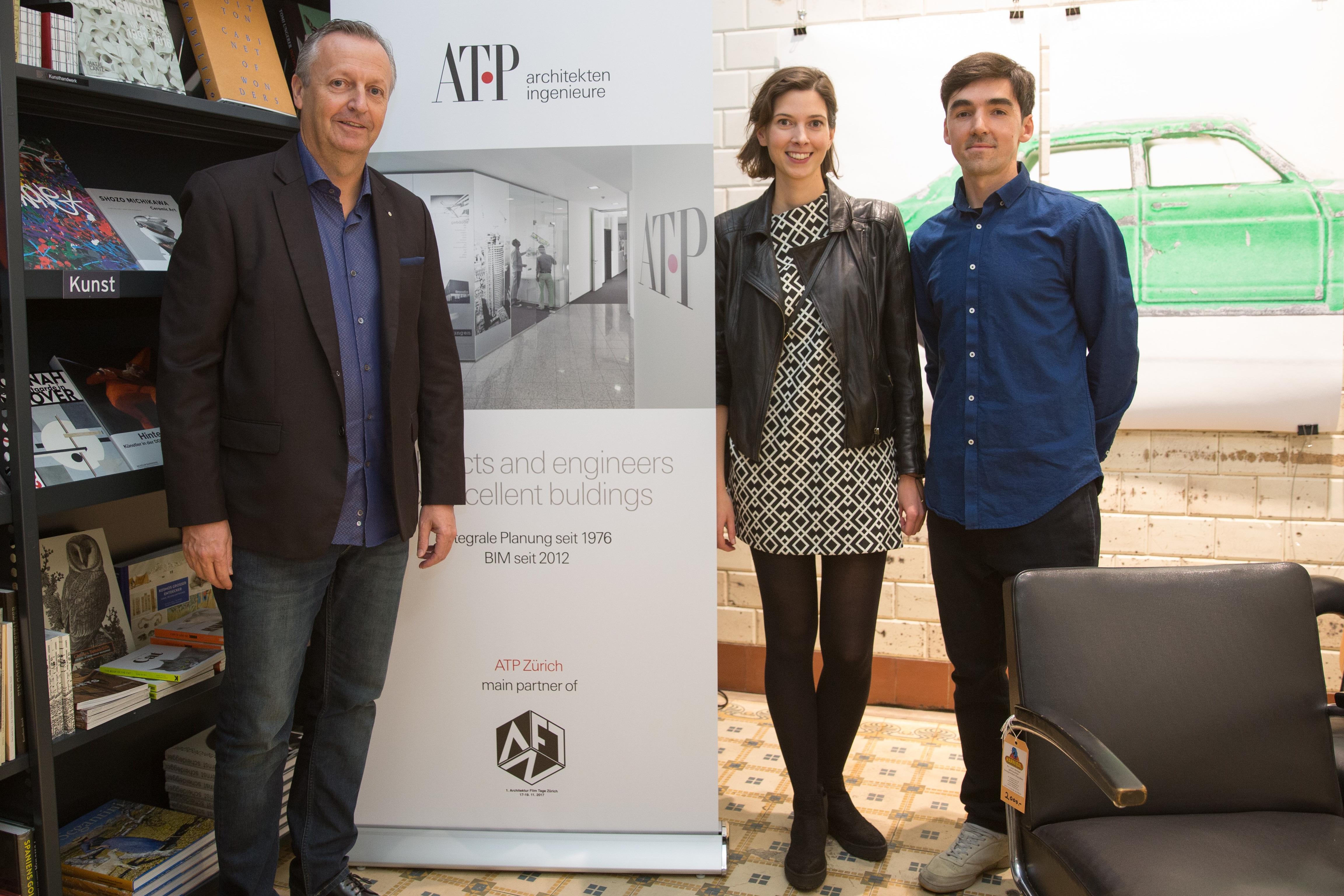 ATP Zürich GF Michael Gräfensteiner (l.) mit den Organisatoren Ágota Komlósi (m.) und Péter Polány (r.) beim Sponsor Apero in der Never Stop Reading Buchhandlung.<br><span class='image_copyright'>ATP</span><br>