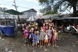 Der Gründer von Smiling Gecko, Hannes Schmid, und seine Schützlinge.<br><span class='image_copyright'>Smiling Gecko Cambodia</span><br>